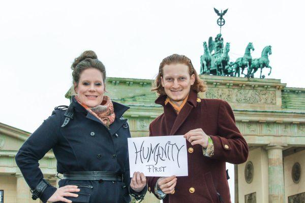 Dust of Soul mit ihrer Kampagne #HumanityFirst vor dem Brandenburger Tor in Berlin, Deutschland