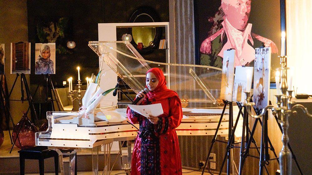 Omani Poetin Lubna Al Balushi liest ihre Poesie
