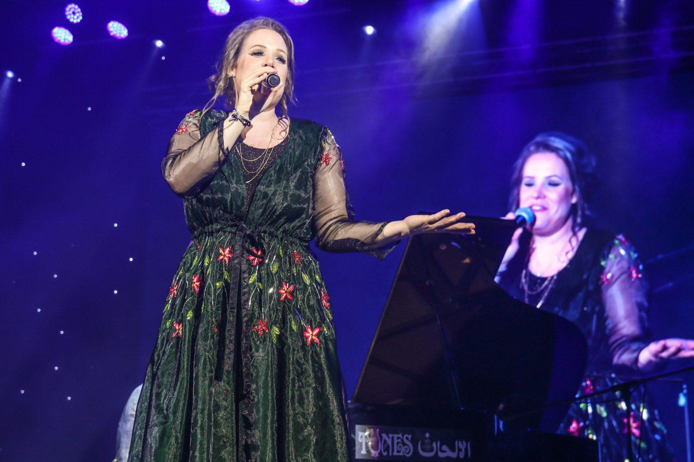 Dust of Soul Sängerin Dusty singt im Amphitheater Maskat an der Ayushmann Khurrana Konzertshow für MTV Indien