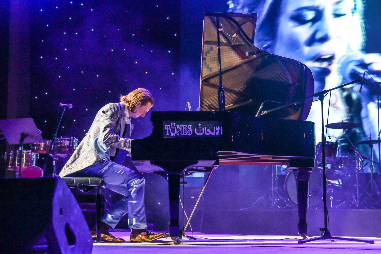 Dust of Soul Pianist MiKey spielt im Amphitheater Maskat an der Ayushmann Khurrana Konzertshow für MTV Indien