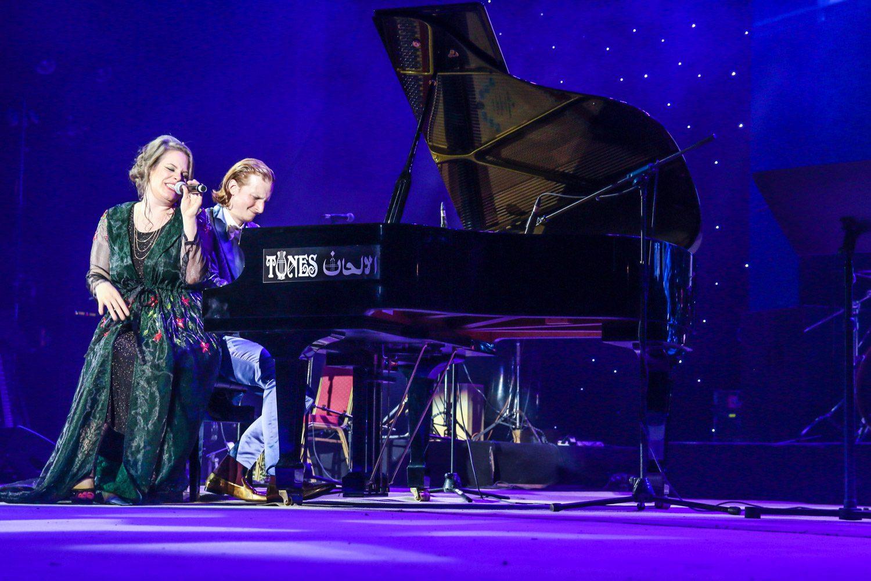 Schweizer Musiker-Duo Dust of Soul performt im Ampitheater Maskat in Oman für MTV Indien