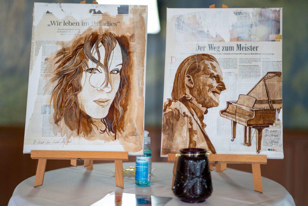 Kaffee-Maler Marcel Wagner alias 'Master Coffee' malte die beiden Künstler des Musikduos Dust of Soul mit Kaffee auf Leinwand